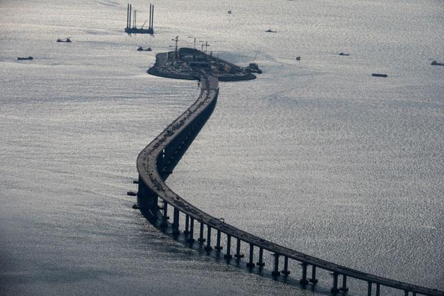图为正在建设中的世界最长跨海大桥港珠澳大桥-港深 奇迹之城的下