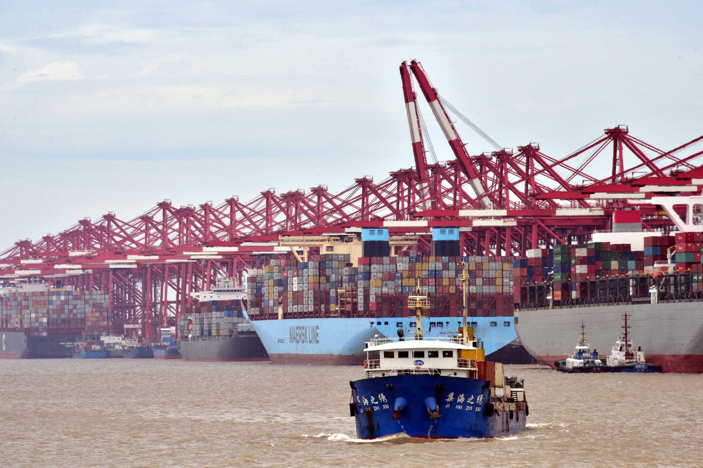 繁忙的上海洋山港.摄影/章轲