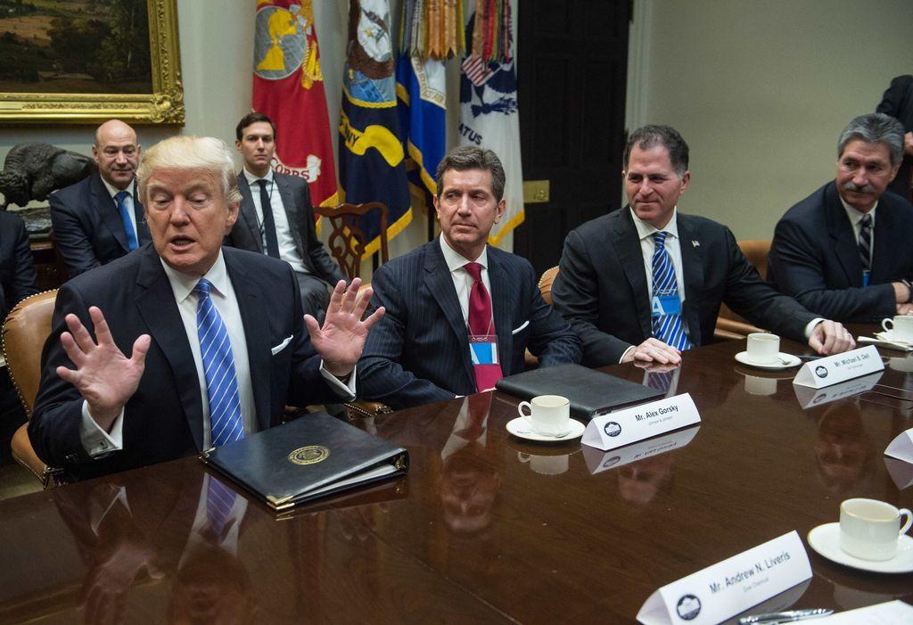 2017年1月,上任之初的特朗普与商界领袖会谈