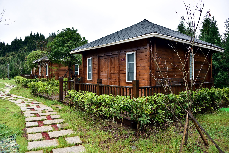 重庆市石柱县g50重庆高速冷水服务区生态旅游自驾营地里的木屋套房.