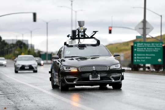 百度无人车行驶在加州公路上