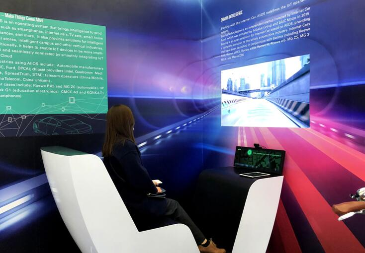 观众用VR技术体验AliOS智联网汽车模拟驾驶舱