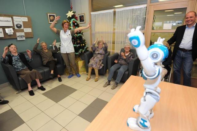 养老当然不是暮气沉沉。图为巴黎郊外一所养老院引入陪伴型机器人。(来源:网络)