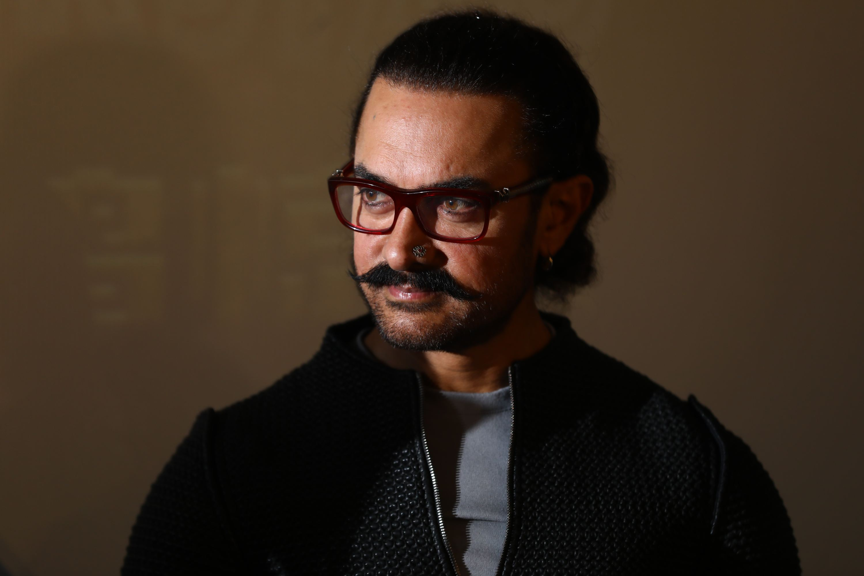 近日,阿米尔·汗来中国宣传,因为正在拍摄一部古装片,他留着长发,蓄起胡子,鼻侧镶钻。任玉明/摄影