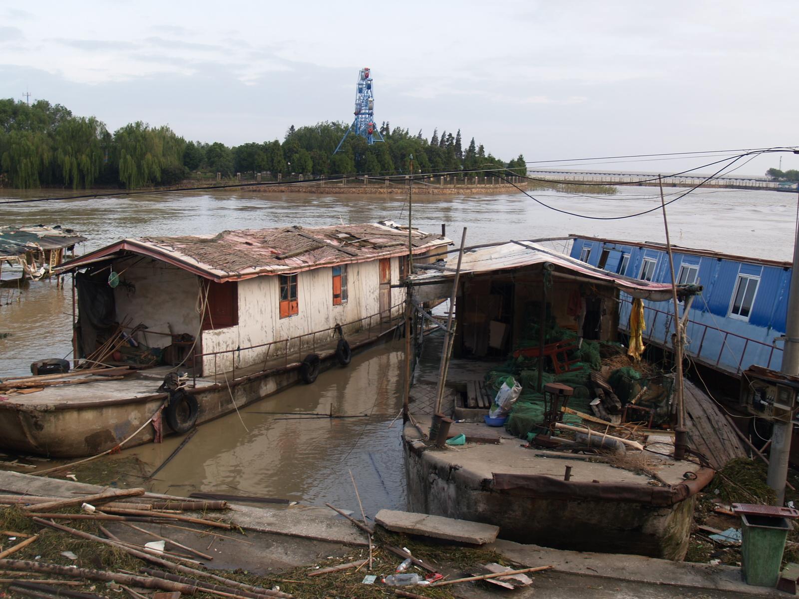 小梅村整體上岸前,被廢棄的漁船 湖州市委宣傳部供圖