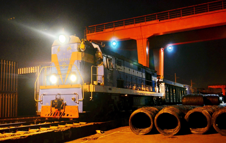 2015年8月28日晚20時28分,廣西南寧,一輛貨運班列緩緩啟動,最終目的地是歐洲國家。這是廣西首次嘗試利用公鐵聯運的方式實施跨境運輸。攝影/章軻