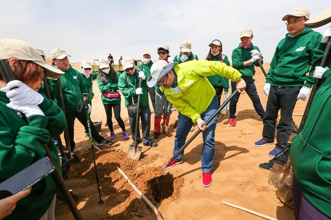 每一次带队进沙漠,金虎杰都要向志愿者们示范如何在沙漠种树。 新秀丽/供图
