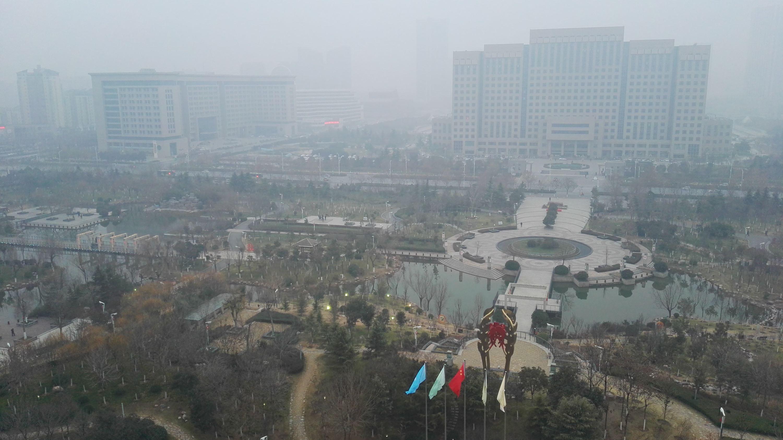 重度霧霾下的京津冀及周邊地區某城市。攝影/章軻