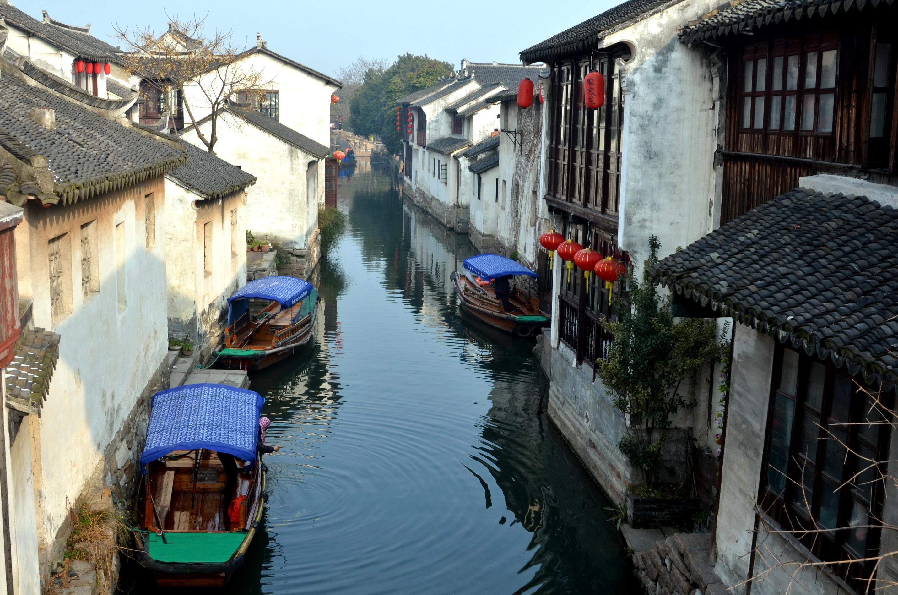 在江南的一些城鎮,不少河流已經變得黑臭。攝影/章軻
