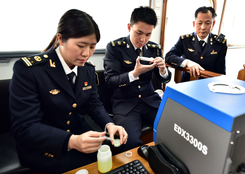 2018年1月17日,廣州海事局執法人員正在對一艘遊船的燃油硫含量進行檢測。攝影/章軻