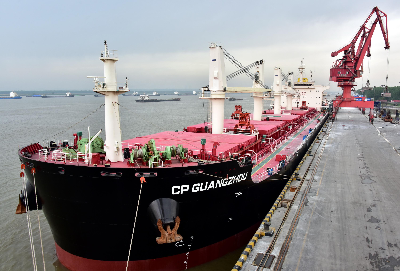 5月8日上午,一艘馬紹爾籍5萬噸級海輪在南京港龍潭港區天宇碼頭正在進行裝載作業。攝影/章軻