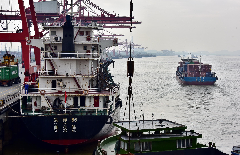 8日上午,江蘇南京港龍潭港區天宇碼頭,以及正在出港的貨船。攝影/章軻
