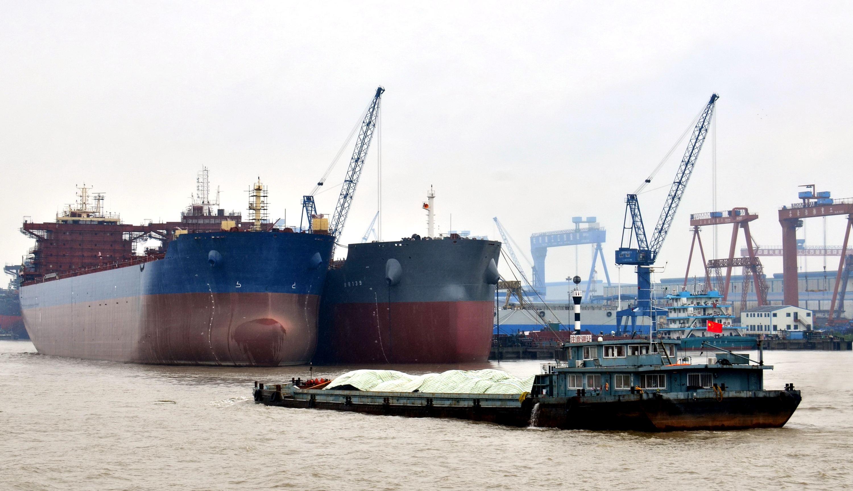長江南京段江面上航行的船舶。攝影/章軻