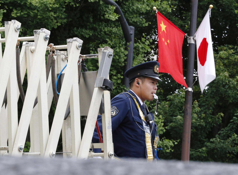 当地时间2018年5月8日,日本东京,一名警官在国会大厦附近值班。中日韩领导人会议9日举行在即,为加强安全保障,日本东京警视厅等将在中韩领导人下榻的东京都内酒店及首相官邸附近投入约1万名警力加强警戒。