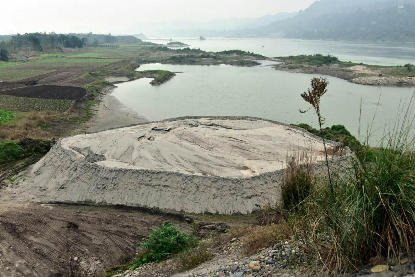 四川省岷江畔一度存在的固體廢物堆積體。攝影/章軻