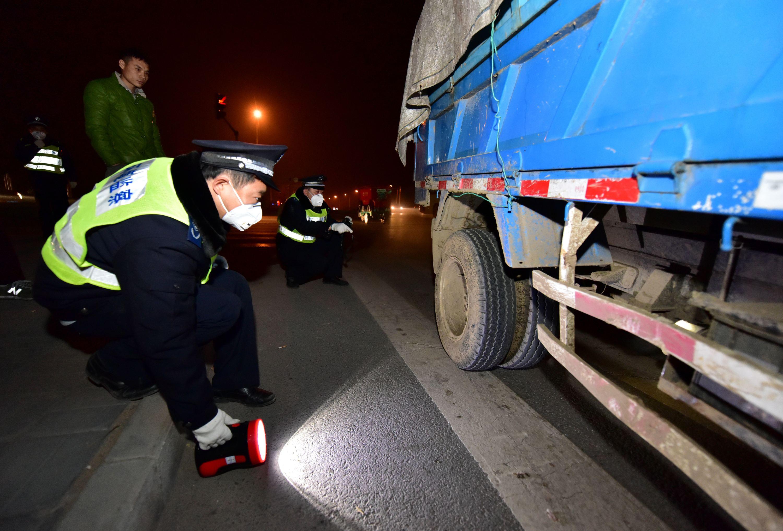 2016年11月17日晚,原環境保護部聯合北京市環保局在北京各城區開展機動車汙染防治檢查。圖為環保執法人員正在夜查高汙染車。攝影/章軻