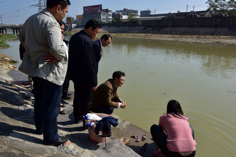 2016年12月13日,中央環境保護督察組在廣東省下沈督察時,督察人員向當地百姓了解實情。攝影/章軻