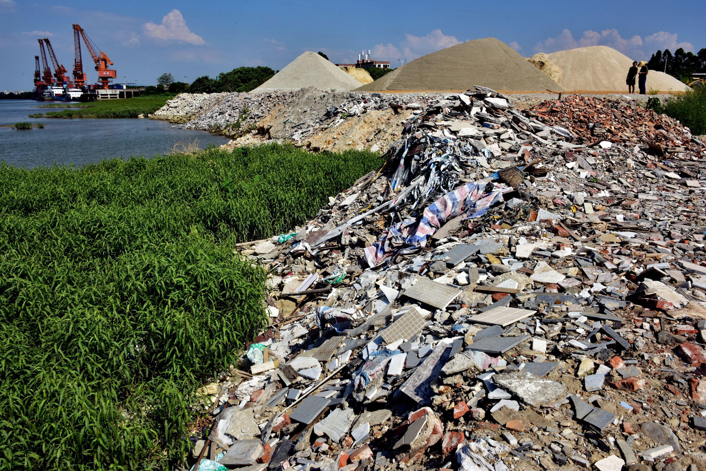 5月25日,全國集中式飲用水水源地環境保護專項行動第210督查組在廣東佛山發現沿江填埋大量建築垃圾。攝影/章軻