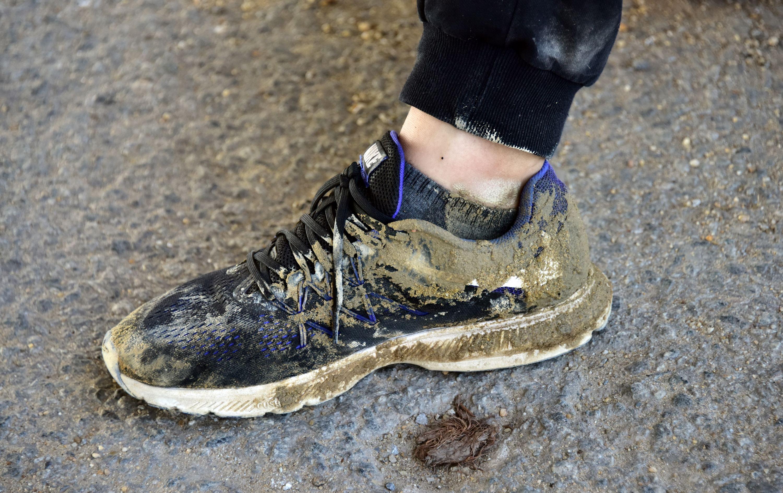 5月25日傍晚,全國集中式飲用水水源地環境保護專項行動第210督查組在廣東省佛山市檢查結束時,一位督查人員的鞋子。攝影/章軻
