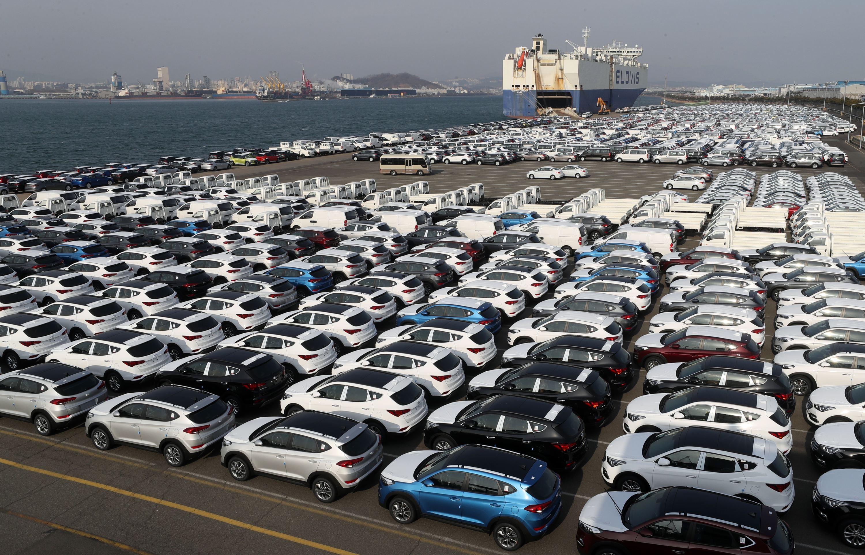 在韩国现代汽车的蔚山工厂里,等待装船出口的车辆整齐排放在码头 图片