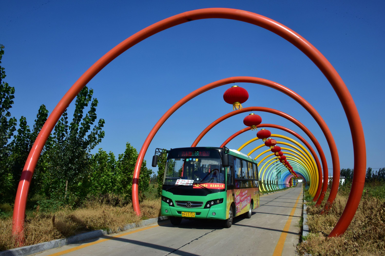 客車的安全技術水平直接關系到千家萬戶的出行安全。圖為山東省曲阜市城鄉公交車。攝影/章軻