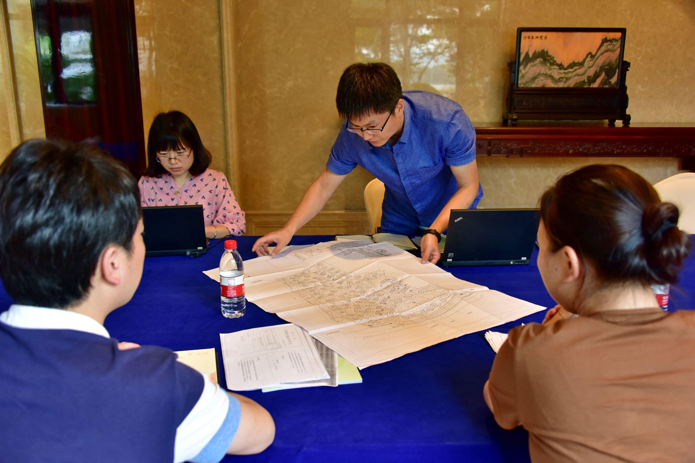 2017年8月22日,中央第二環境保護督察組督察人員在浙江向相關部門工作人員了解情況並查閱資料。攝影/章軻