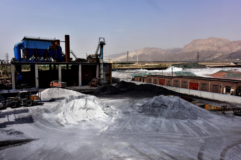 寧夏諾力環保新材料有限公司廠區內開闊的堆料場地沒有任何覆蓋。攝影/章軻