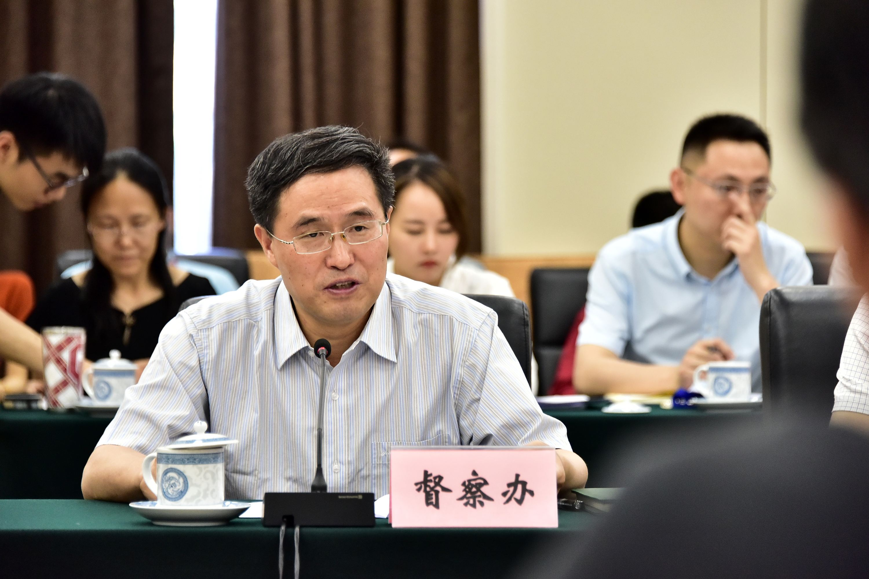 國家環境保護督察辦公室副主任劉長根在約談會上通報有關情況。攝影/章軻