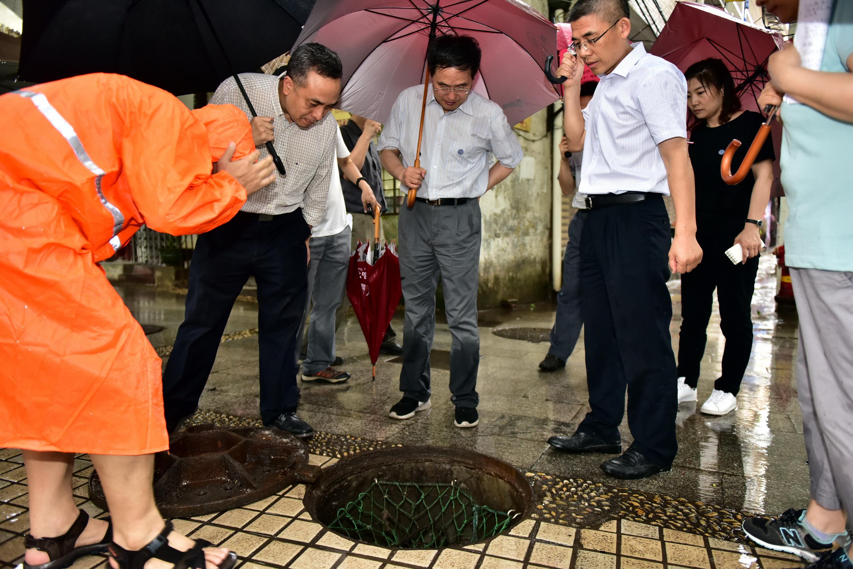 6月6日,中央第五環境保護督察組在廣州市突擊巡查。攝影/章軻