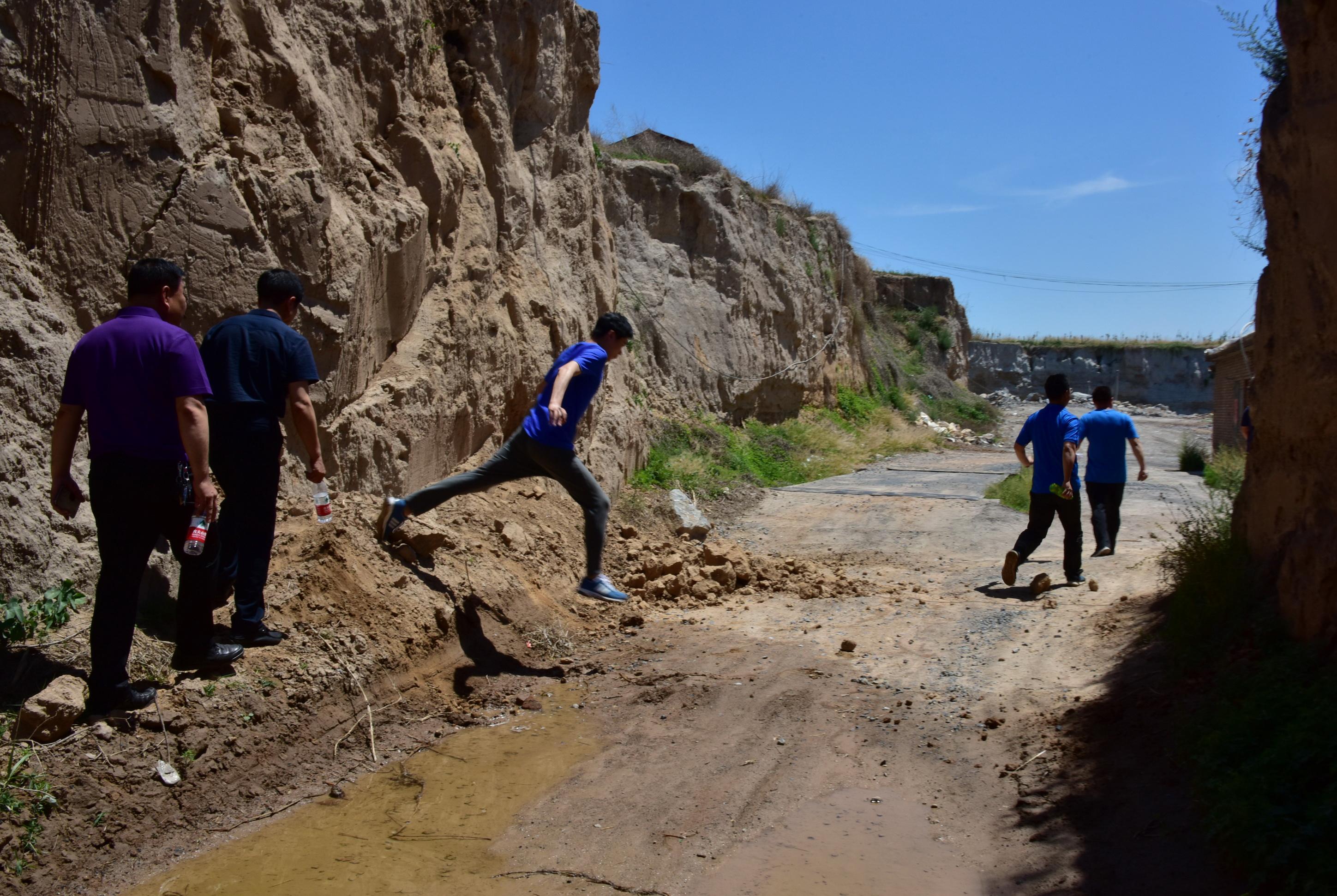 2017年5月25日,原環境保護部強化督查人員在河北邯鄲突擊檢查整治現場。攝影/章軻