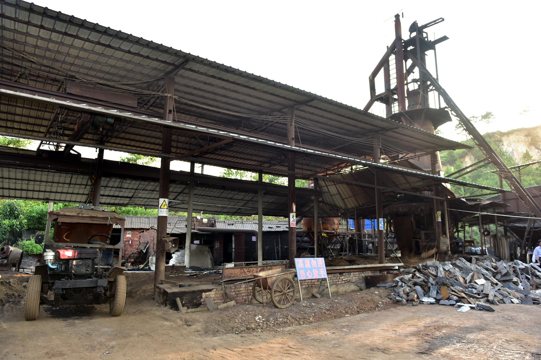 6月9日,廣西欽州一家小冶煉企業。攝影/章軻