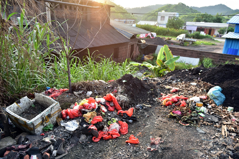 6月9日,廣西欽州一家小冶煉企業旁隨手丟棄的垃圾。攝影/章軻