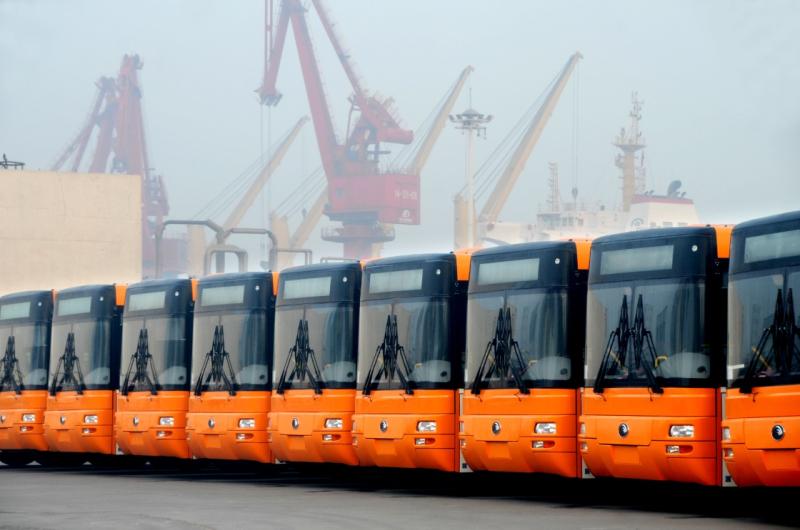 2016年12月1日,中國制造的大型客車集結在江蘇連雲港港散貨碼頭等待裝船外運。