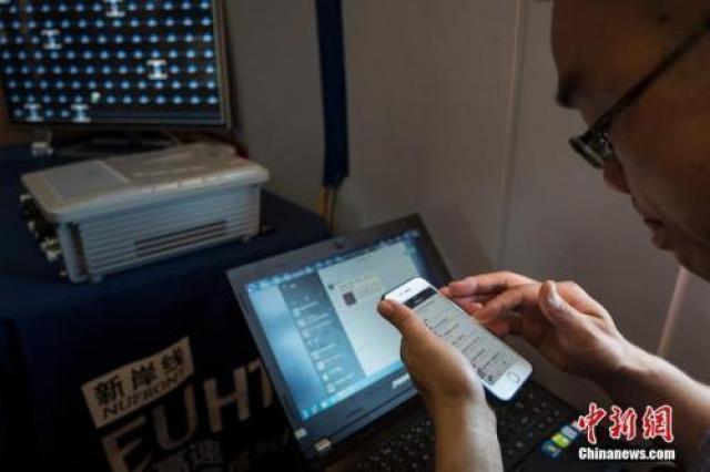 ↑資料圖:市民正在使用流量上網。中新社記者 侯宇 攝
