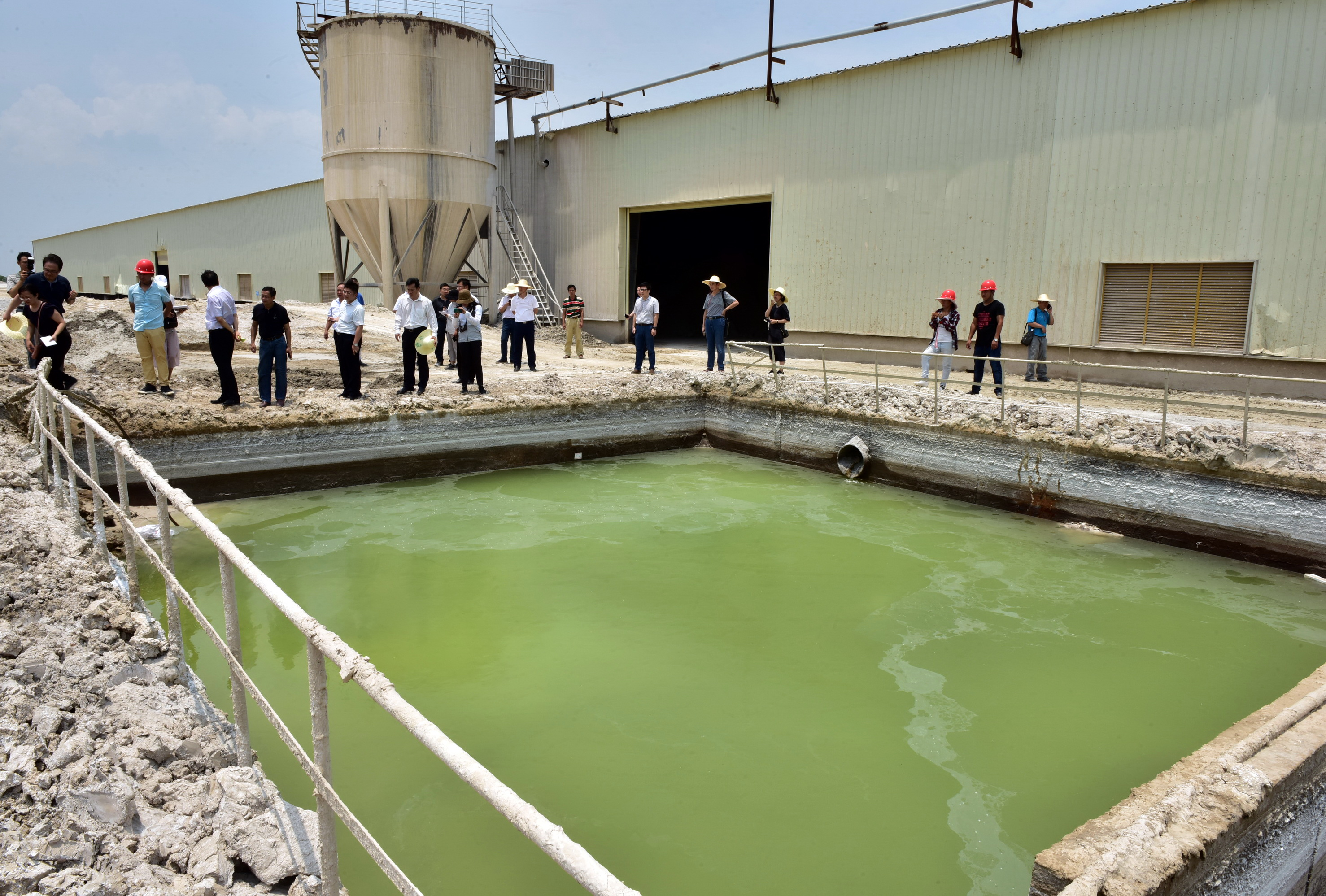 誠德鎳業廢渣堆場旁的廢水池。攝影/章軻