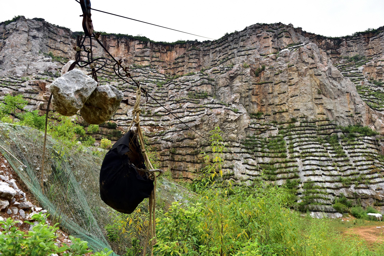 桂林市正在對漓江流域被破壞的山體進行修複。攝影/章軻
