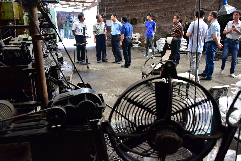 2017年5月25日,原環境保護部強化督查人員在河北邯鄲永年區一企業檢查。攝影/章軻