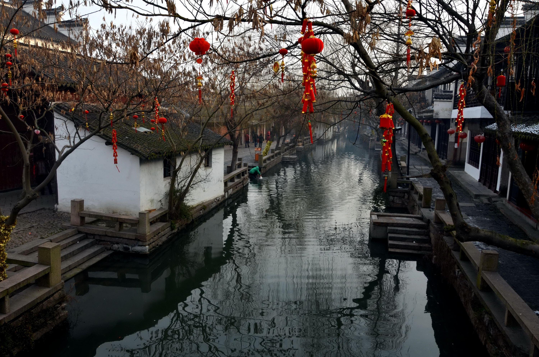 地的河水如墨迹一般,散发着臭味。摄影/章