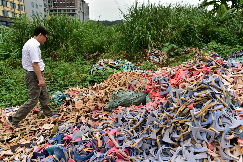 6月15日,中央第五环境?;ざ讲熳樵谏峭肥卸讲?,发现大量生产废物被随意抛弃。摄影/章轲