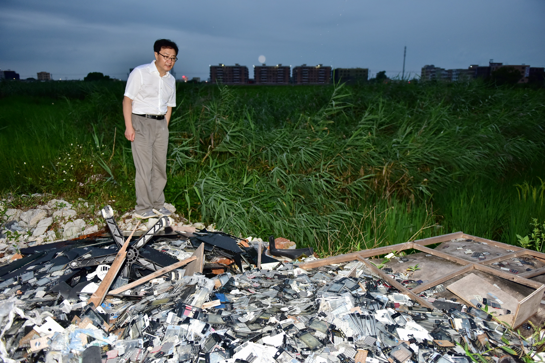 6月15日,中央第五环境?;ざ讲熳樵谏峭肥卸讲焓?,发现大量电子废弃物被倾倒在田间。摄影/章轲