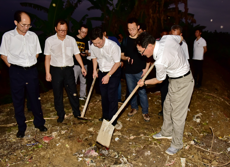 6月15日,中央第五环境?;ざ讲熳樵谏峭肥卸讲焓?,发现大量生活垃圾被填埋。摄影/章轲
