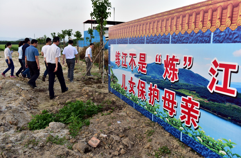 自上世纪90年代中期,练江水质就开始恶化,如今已成为广东省污染最为严重的河流之一。图为练江边的标语。摄影/章轲