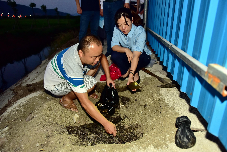 6月16日,督察人员正在广东省普宁市一非法倾倒危险废物的小型垃圾焚烧厂里取样。摄影/章轲