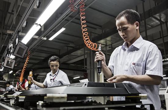 广东惠州流水线上的工人正在装配显示器。来源:WTO官网