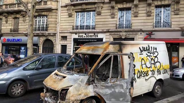 巴黎被示威者烧坏的汽车1(摄影:第一财经记者钱童心)