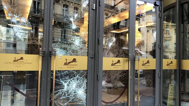 被破坏的收藏家酒店玻璃(摄影:第一财经记者钱童心)