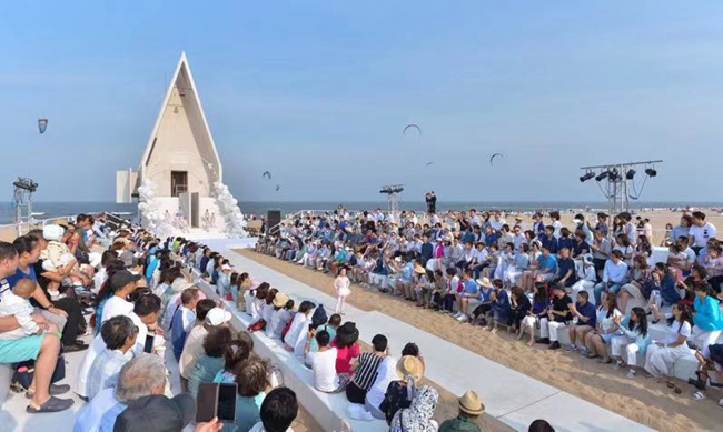 海边的阿那亚礼堂正举行儿童时装秀.