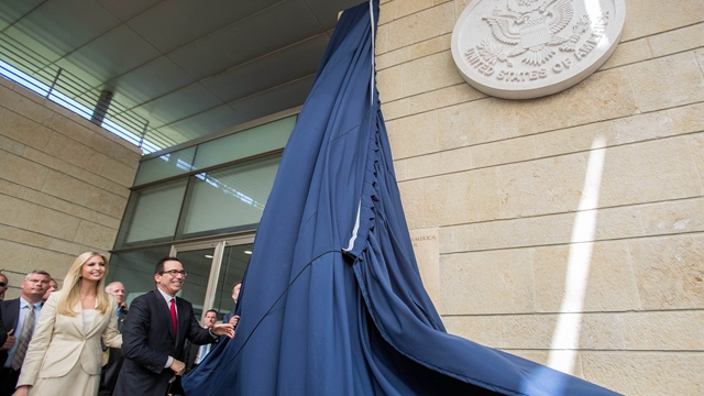 美国财政部长姆努钦(前右)和美国总统特朗普的女儿伊万卡(前左)出席美国驻以色列使馆开馆仪式。(来源:新华社图库)