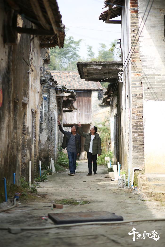 """""""老村长""""廖志其和儿子廖茂航经常在鱼咀街昔日最繁华古街散步,寻找这里往日繁华的印记。  摄影/张健"""