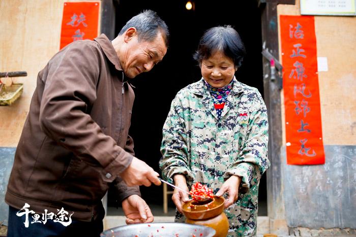 罗导生、杜妹英忙着制作新鲜的辣椒酱。 摄影记者吴军